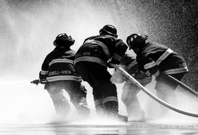 zasahujúci hasiči
